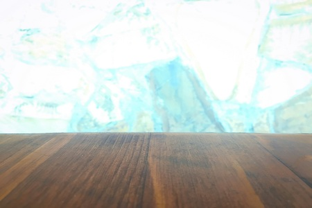 Mesa de madera sobre fondo de ventana de cocina de desenfoque. Para montaje de productos o alimentos Foto de archivo