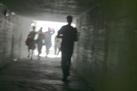 Unterirdischen Gang mit Menschen zu Fuß Standard-Bild - 1797383