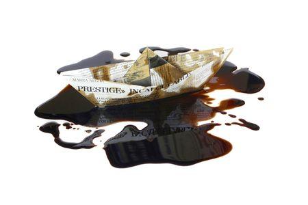 """presti: Statek z papieru reprezentujących zatonięcie tankowca """"Prestige"""" i wyciek surowca u wybrzeży Galicji, Hiszpania"""