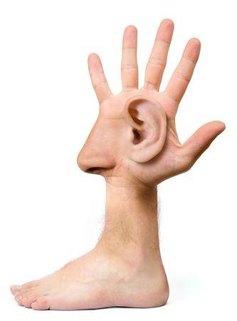 Zeer lelijk gezicht en komische maken met de hand met een oog, een oor, de neus, de mond en een voet