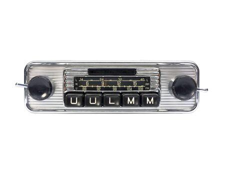 Altes Auto Radio isoliert in Weiß. Frontansicht.  Standard-Bild - 2942703