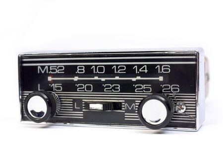 Altes Auto Radio isoliert in Weiß. Frontansicht.  Standard-Bild - 2942704