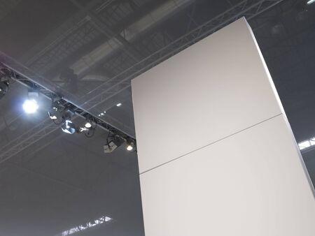 Leere vertikale Billboard in einer Messe.  Standard-Bild - 3297069