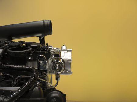 Moderne Automotor auf gelbem Hintergrund. Standard-Bild - 3358502