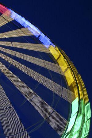 Riesenrad in der Messe beleuchtet über Nacht. Standard-Bild - 3361384