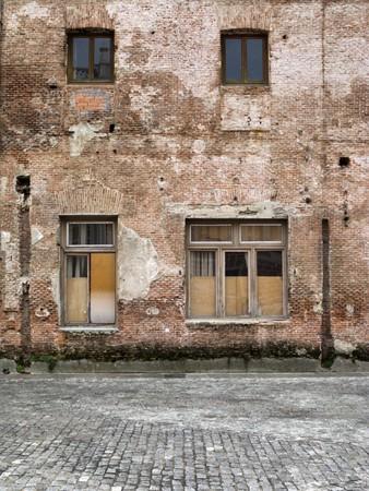 Wand und Fenster der verlassenen Gebäude Ruine. Standard-Bild - 4144216