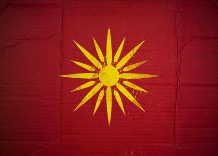 Flagge der Republik Mazedonien aus Wellpappe Standard-Bild - 5119071