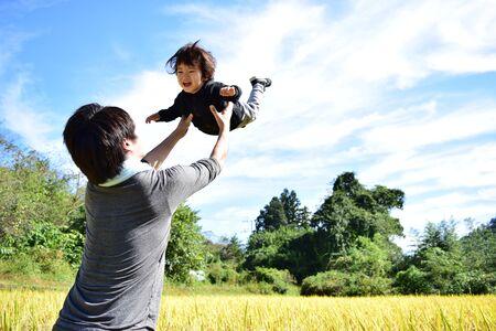 Vader en zijn zoon genieten van oogst