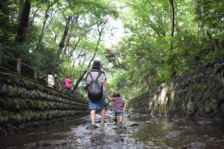 Moeder en haar zoon speelt rivier Stockfoto