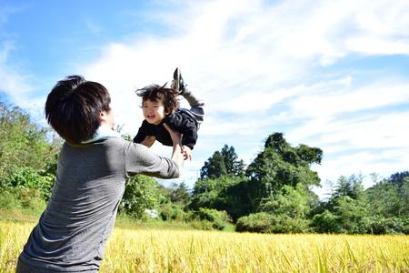 vader en zijn zoon genieten van de oogst