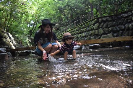 moeder en haar zoon spelen rivier