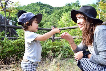 jonge Japanse moeder speelt met haar zoon