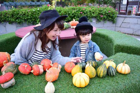 Halloween moeder en zoon met kleurrijke pompoen