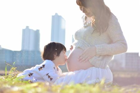 moeder die baby heeft met haar zoon Stockfoto