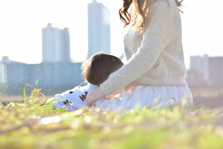 Moeder die baby met haar zoon heeft