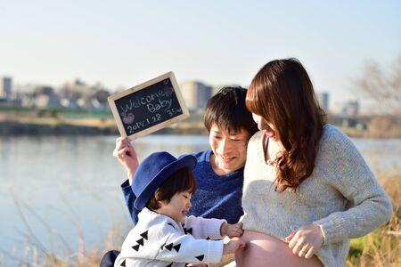 Young family taking photo Foto de archivo