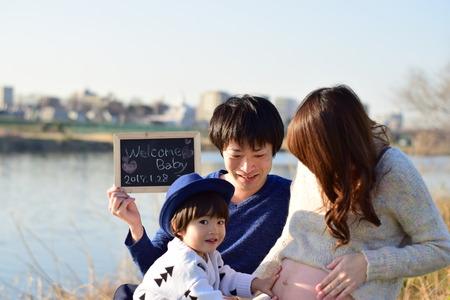 jong gezin dat foto neemt Stockfoto