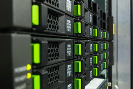 disco duro: Disco duro en la ranura del servidor.