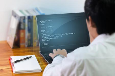alerta: Programador de codificación en el ordenador. Foto de archivo