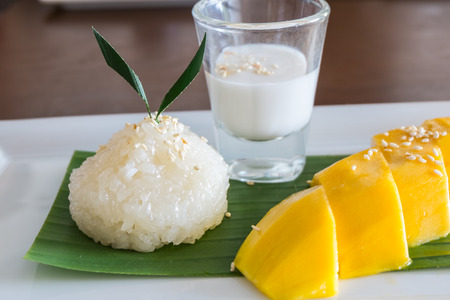 thai decor: Glutinous rice with ripe mangoes, Thai style tropical dessert Stock Photo