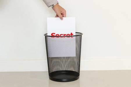 cesto basura: Hombre de negocios que caer un papel inútil en la basura