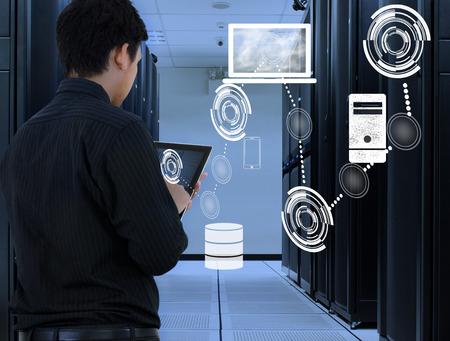Zakenman werken in datacenter met cloud-technologie