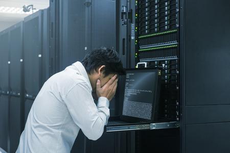 Acabado el administrador del sistema de trabajo en el centro de datos