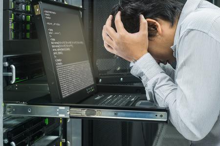 Amministratore di sistema serio di lavoro nel data center Archivio Fotografico - 66091289