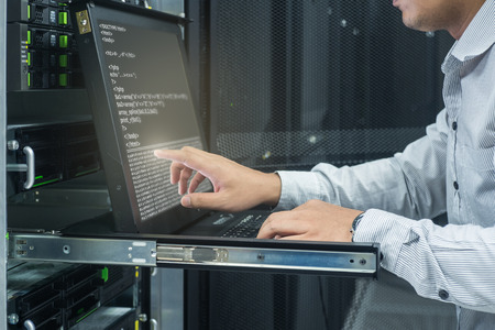 systeembeheerder die werkzaam zijn in het datacenter Stockfoto