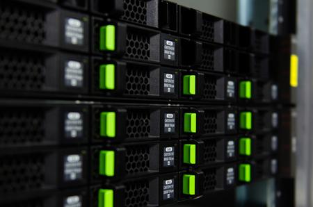 서버 슬롯의 하드 디스크.