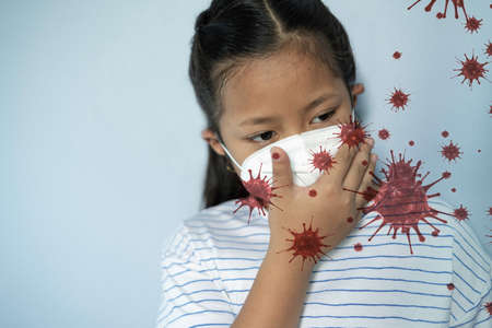 Girl waring mask to protect Covid-19 virus and PM2.5 air pollution Standard-Bild