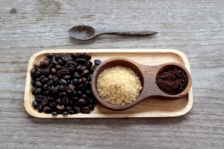 Coffee beans in a coffee set made of beautiful wood. Foto de archivo - 122663373
