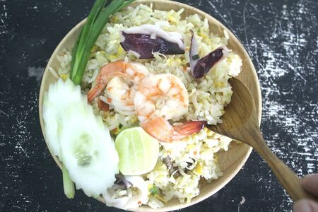 Sea fried rice with rice, squid, shrimp and vegetables. Banco de Imagens