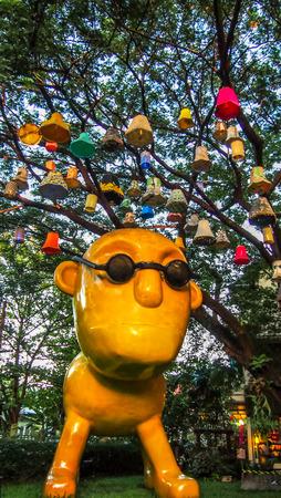malay village: Chiang Mai, Tailandia - Semtember 15, 2013 Las l�mparas hechas a mano fueron colgados en el �rbol por encima de la estatua amarilla grande en I-berry helader�a