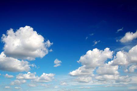 Blauwe hemel met katoen als wolken