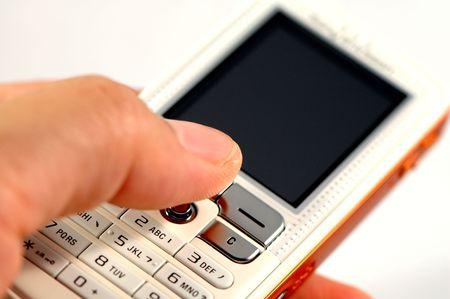 dialing: Marcado de un moderno tel�fono m�vil en blanco  Foto de archivo