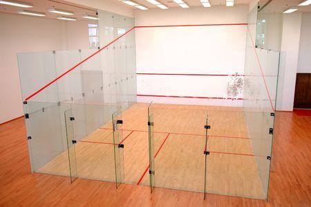 De squashbaan gevormd met glazen wand Stockfoto