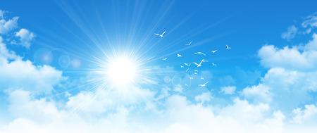 Panoramacloudscape. Hochauflösende Hintergrund des blauen Himmels. Sun und Vögel durch weiße Wolken brechen Standard-Bild