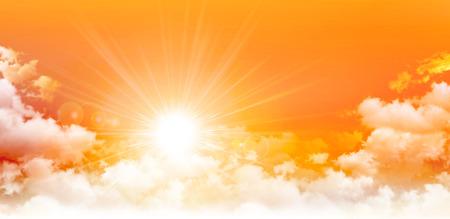 パノラマの日の出。高解像度のオレンジ色の空の背景。白い雲を貫く陽光