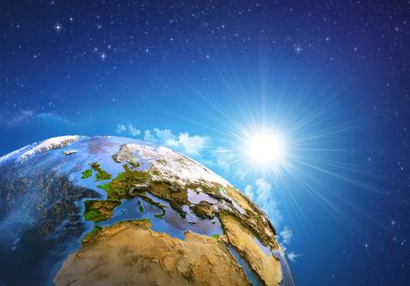 Rijzende zon over de aarde en de landvormen, zicht op Europa, Noord-Afrika en het Midden-Oosten. Elementen van deze afbeelding geleverd Stockfoto