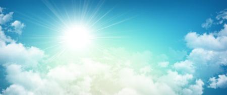 Hoge resolutie ochtend hemel achtergrond, zon door witte wolken breken Stockfoto