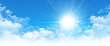 Vroege ochtend blauwe lucht, schijnende zon stijgt en door witte wolken breken Stockfoto
