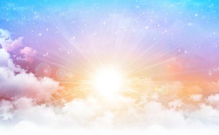 Vroege ochtendhemel met de zon die door witte wolken breekt, sterren die erachter glanzen. Stockfoto - 77820002