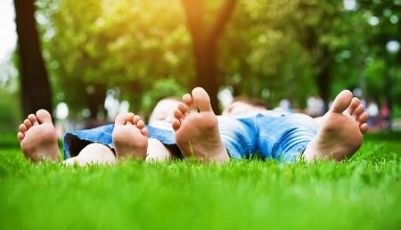familia picnic: los pies sobre la hierba de picnic familiar en la primavera de parque