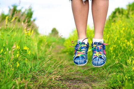 levitacion: mujer s piernas en un salto de levitaci�n