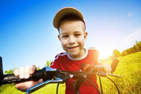 Zes jaar oude jongen op een fiets Stockfoto