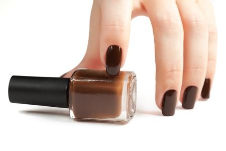 flacon vernis � ongle: La main de brun manucure et vernis � ongles bouteilles