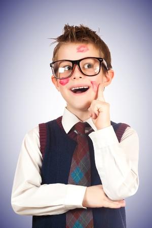 zerzaust: Junge Lovelas in Lippenstift mit zerzausten Haaren auf einem blauen
