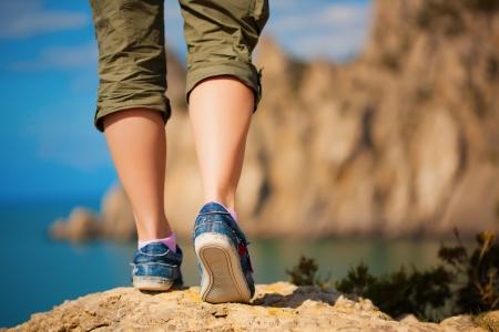 caminando: Turismo pies de las mujeres en zapatillas de deporte