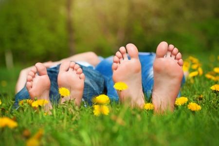 jolie pieds: pieds sur l'herbe Pique-nique familial dans le parc verdoyant Banque d'images